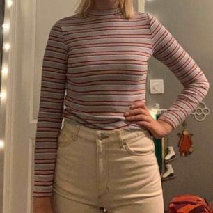 Säljer min fina tröja från Monki str XS. Den har tyvärr blivit för liten så använder den inte. Använd några gånger men har mest legat i garderoben.