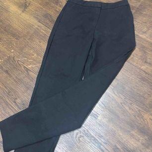 Kostymbyxor (slacks) från bikbok, detalj ner till med dragkedja så man kan välja om man vill ha en slits eller inte