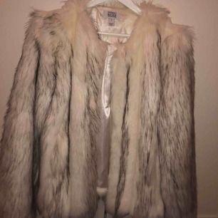 Säljer min vita pälsjacka från Linn Ahlborgs kollektion med Nakd. Går inte att köpa den nu då den var i hennes limited edition kollektion. Endast använd några få tal gånger. Nypris : 1200kr Säljer för : 550
