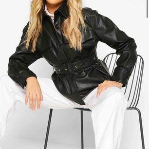 Intressekoll på denna super snygga fake läder jackan från boohoo.