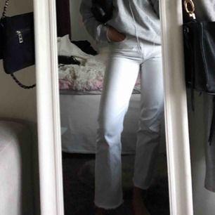 Vita jeans från Weekday i rak modell, voyage. Med avklippt där nere.