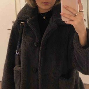 Brun pälsjacka ifrån Zara, använd ca 15ggr dvs bra kvalite