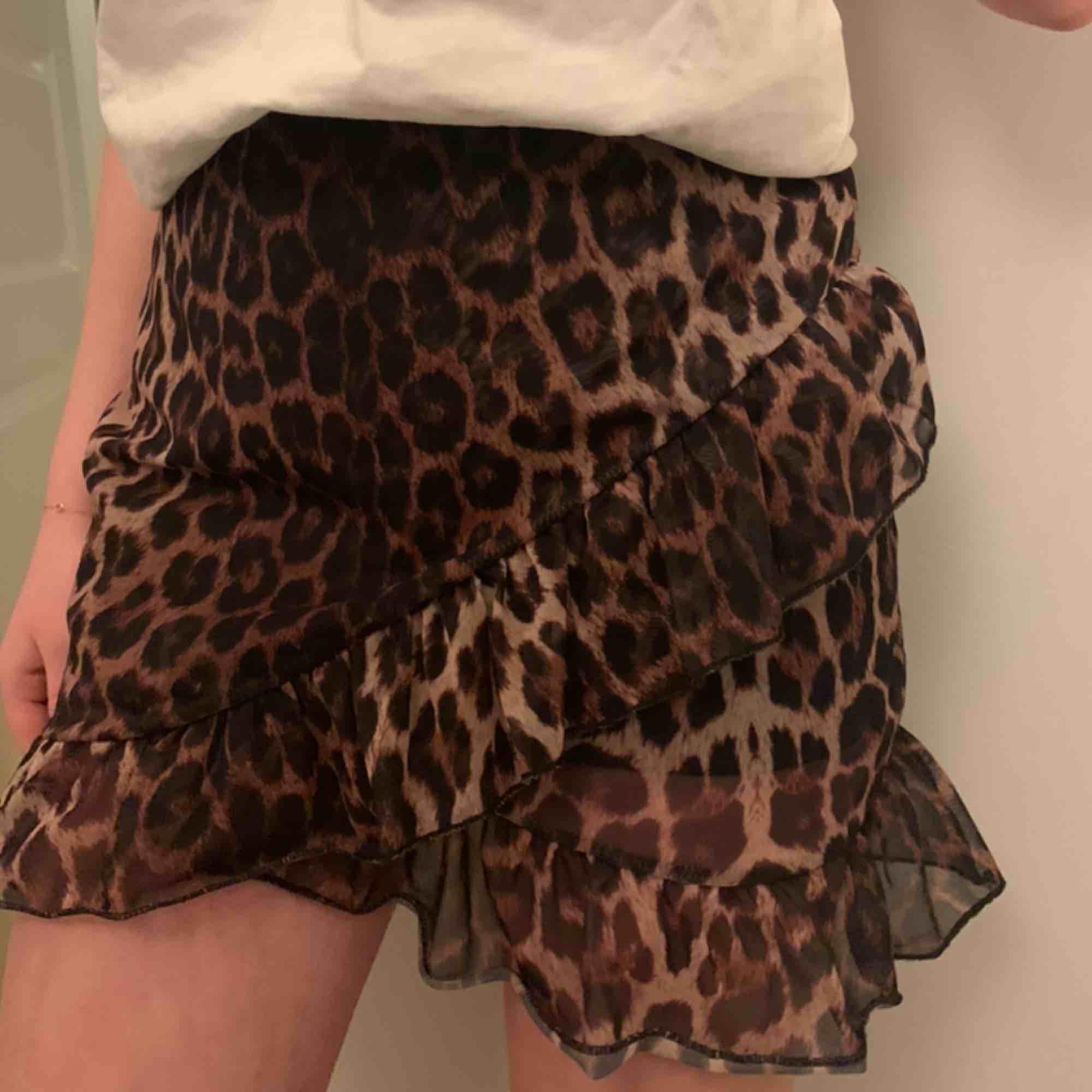 Populär leopard kjol från Nelly som tyvärr inte används längre, pris kan diskuteras👩❤️💋👩👩❤️💋👩 passar allt från XS-M/L skulle jag säga då den är stretchig och hyfsat lång. Så snygg till en vit topp, en hoodie eller något annat!!. Kjolar.