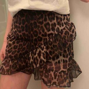 Populär leopard kjol från Nelly som tyvärr inte används längre, pris kan diskuteras👩❤️💋👩👩❤️💋👩 passar allt från XS-M/L skulle jag säga då den är stretchig och hyfsat lång. Så snygg till en vit topp, en hoodie eller något annat!!
