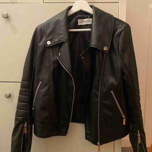 """Säljer min snygga, trendiga skinnjacka från IVY REVEL Brukar ha storlek 34/36 i jackor och denna sitter perfekt på mig. Använd men jackan ser ut som ny. Modellen är """"panelled pu jacket""""  NYPRIS: 1300 kronor INTE ÄKTA SKINN!!!!!"""