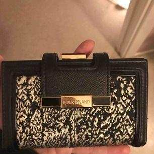 En jättefin plånbok från river island, knappt använd. Nypris 349kr fraktar eller möts upp.