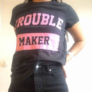 """Svart T shirt med """"Trouble Maker"""" print, frakt ingår i priset. Möts ej upp pga har väldigt tajt schema så köpare står för frakt."""