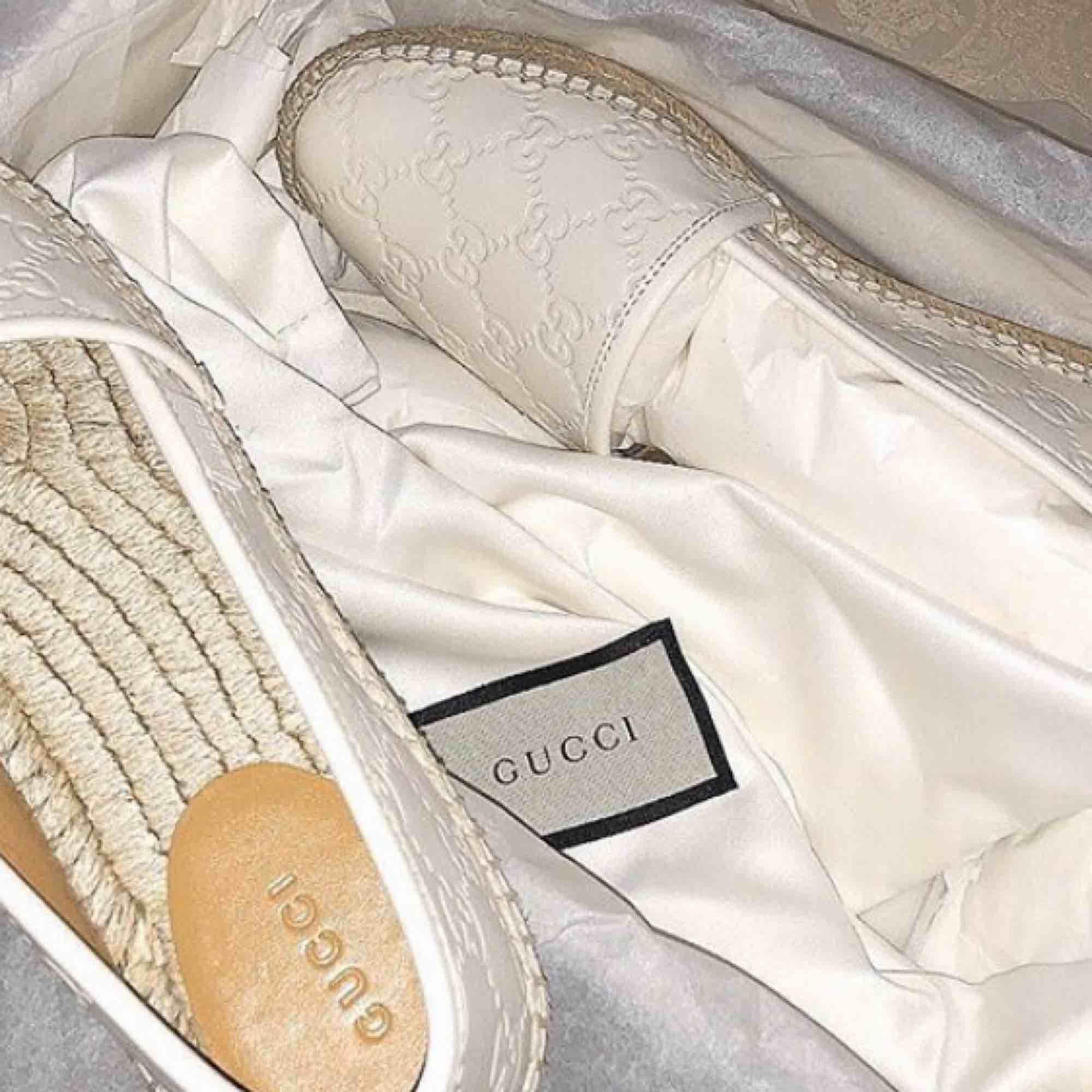 Säljer dessa Gucci espadrilles i storlek 37 , kvitto samt dustbag med följer. Finns i Södertälje köpta för 4200kr säljs för 3000kr då dem är nästan som nya , kan postas.. Skor.