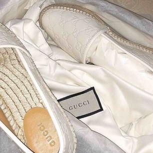 Säljer dessa Gucci espadrilles i storlek 37 , kvitto samt dustbag med följer. Finns i Södertälje köpta för 4200kr säljs för 3000kr då dem är nästan som nya , kan postas.