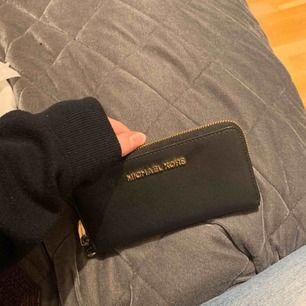 Michael kors plånbok! Kan gå med på ett paket pris med väskan för 2200kr! Nypris 1000kr säljer för 450kr