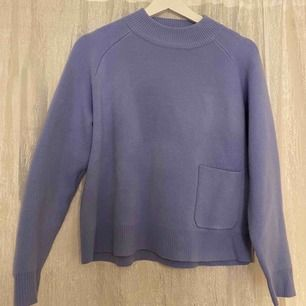 Säljer denna snygga stickade tröjan i en jättefin lila/blå färg med en snygg fickdetalj ifrån Carin Wester! PERFEKT nu till våren. Använd sparsamt men en aning nopprig men materialet får den att se fräsch och knappt använd ut.  NYPRIS: 400 kr
