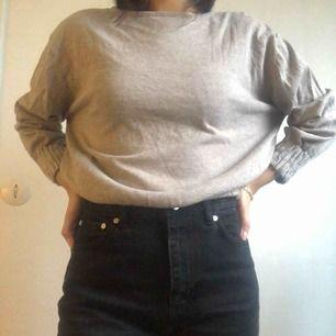 Jätteskön tröja från Mango. OBS den ska knäppas där bak men tråden har gått av, jag har använt den utan problem men det går att fixa det. Möts ej upp pga har väldigt tajt schema så köpare står för frakt.