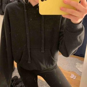 OBS: Det är spegeln som är fläckig, inte hoodien. Jättefin svart hoodie i bra skick. Storlek S/M. Nypris 299kr. Kan frakta men köparen står för frakten. Kontakta för fler bilder eller frågor. 💛