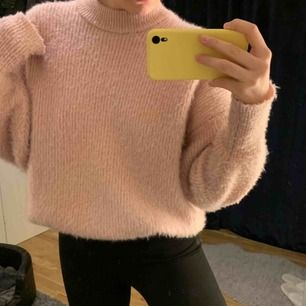Superfin ljusrosa stickad tröja från Gina Tricot. Storlek L men sitter mer som en S. Nypris 249kr. Jättefint skick och endast använd 1-2 gånger. Kan frakta men köparen står för frakten. Kontakta för fler bilder eller frågor. 💛
