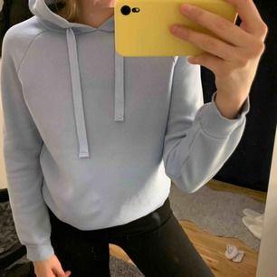 Superfin ljusblå hoodie från Gina Tricot. Storlek XS men sitter som S. Jättebra skick och knappt använd. Nypris 299kr. Kan frakta men köparen står för frakten. Kontakta för fler bilder eller frågor. 💛