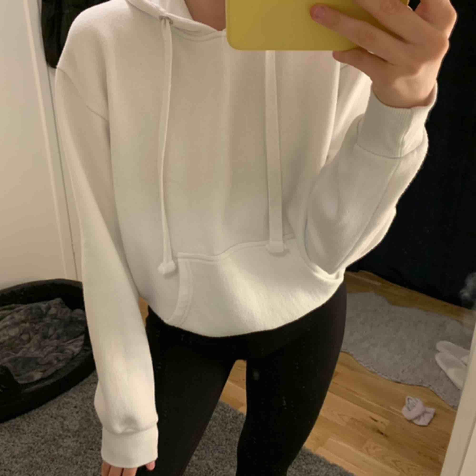 Jättefin vit hoodie i storlek M men passar även S. Skicket är jättebra då den knappt är använd. Nypris 299kr. Kan frakta men köparen står för frakten. Kontakta för fler bilder eller frågor. 💛. Huvtröjor & Träningströjor.