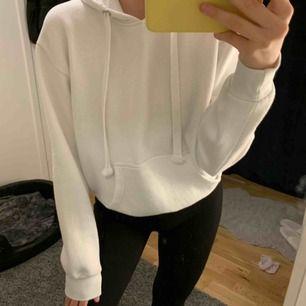 Jättefin vit hoodie i storlek M men passar även S. Skicket är jättebra då den knappt är använd. Nypris 299kr. Kan frakta men köparen står för frakten. Kontakta för fler bilder eller frågor. 💛