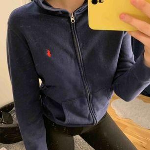OBS: Det är spegeln som är fläckig, inte tröjan. Riktigt snygg kofta/hoodie från Ralph Lauren. Har för mig att det är barnstorlek men passar mig som är 170cm. Nypris 999kr. Kan frakta men köparen står för frakten. Kontakta för fler bilder eller frågor. 💛