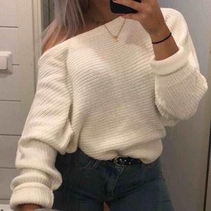 Off shoulder vit stickad tröja