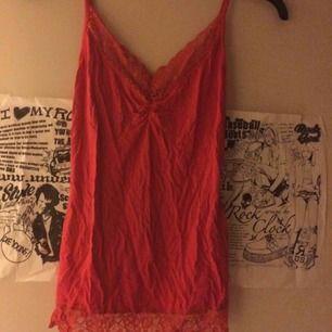 Rött linne med spets som är i samma stil som de andra jag säljer från Gina. Stl S. Frakt: 42 kr
