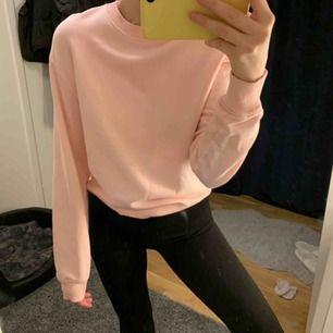 Jättesöt ljusrosa sweatshirt från NAKD i storleken S. Använd fåtal gånger så skicket är jättebra. Nypris 249kr. Kan frakta men köparen står för frakten. Kontakta för fler bilder eller frågor. 💛