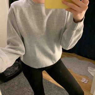 Grå sweatshirt i storlek S. Jättebra skick och knappt använd. Nypris 249kr.