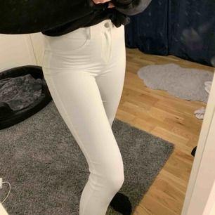 Vita snygga jeans från Zara i storlek 26. Jättebra skick då dom knappt är använda. Nypris 299kr. Kan frakta men köparen står för frakten. Kontakta för fler bilder eller frågor. 💛
