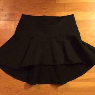 Oanvänd svart Minikjol från Gina. Något längre bak är fram. Stl S men kan funka på en liten M. Frakt: 42 kr