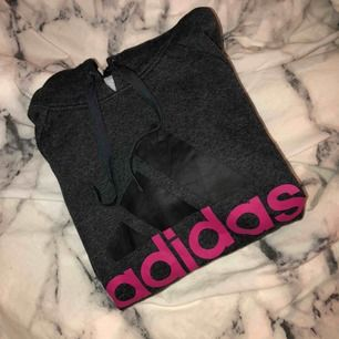 Adidas hoodie i storlek S, 150kr frakt inräknad