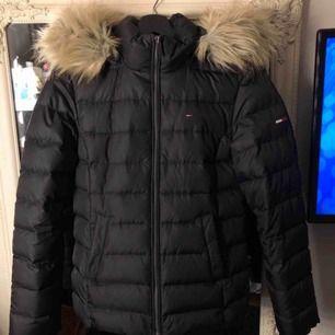 Tommy Hilfiger vinterjacka i storlek XS, knappt använd och äkta såklart, 500kr frakt inräknad