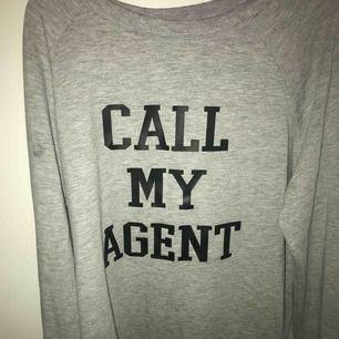En jätte fin tröja som är runt två år gammal, den har en fläck som går att tvätta bort jag kommer tvätta alla mina kläder innan dom köps, det finns sprickorna i vissa bokstäver, köparen står för egen frakt!💞