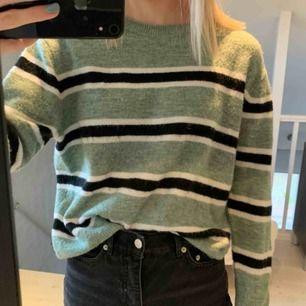 Super mysig stickad tröja ifrån hm, i ett fint skick. Den är grön med svarta och vita ränder i storlek S.  Säljer för att den inte kommer till användning och bara tar plats i garderoben!