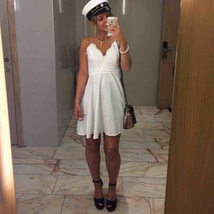 Säljer nu denna super fina klänning, endast använd en gång, är helt som ny! Perfekt till student eller avslutning✨