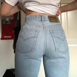 Fila-byxor köpta på Second hand. Skulle säga byxorna är en M men är väldigt korta på mig som är 175. Frakt tillkommer