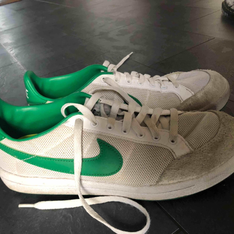 Jättefina Nike-skor jag aldrig använder. Dom ser ut att vara skitiga men det är färgen som gör det;) Frakt tillkommer . Skor.