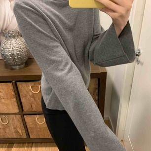 """Grå jättefin tröja med """"utsvänga"""" armar från Gina Tricot. Jättefint skick. Nypris 249kr. Kan frakta men köparen står för frakten. Kontakta för fler bilder eller frågor. 💛"""