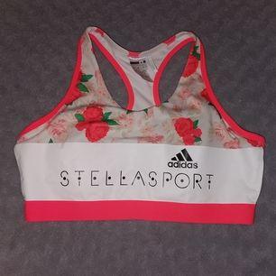 Använd sportbh från Adidas med rosor på framsidan och stjärnor på baksidan
