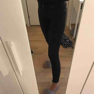 Lågmidjade jeans från Dr.Denim som inte passar mig. Köpta på sellpy (alltså begagnade sedan innan). De passar inte mig & som ni ser på bilden håller det på att bli ett hål & jeansen är lite slitna, drf säljs det billigt. 10kr + frakt!