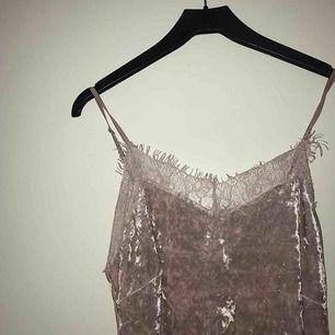 Sammetsklänning med spets från BIKBOK. Verkligen en jättefin klänning som kan användas till mycket. Fint skick & aldrig använd. 80kr + frakt. (Säljer för att den är för stor för mig! )
