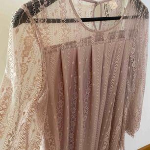 Gammal rosa spets tunika ifrån hm. Nypris: 299 Säljs för 100 kr pluss frakt , kontakta för fler bilder 😊
