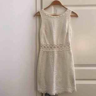 Vit virkad klänning med fina detaljer. Säljer då den inte används. Har används kanske 2 gånger. Insydd på sidorna.