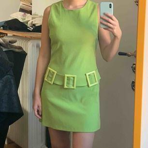 Vintage 60tals klänning i härlig grön färg. Köpt vintage så ej helt nyskick men kvaliteten är amazing! Frakt : 59kr