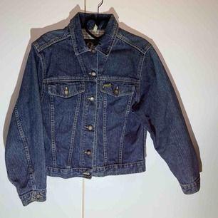 Peakperformance jeansjacka  Storlek M  Fel fri märkesjacka✨  65kr frakt (skicka lätt)