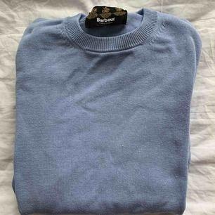 Super fin tröja från Barbour. Den är rätt stor men passar den som gillar lite oversized tröjor perfekt.     !! Högst budande !!    Möts helst i Stockholm, frakt är ej inkluderat