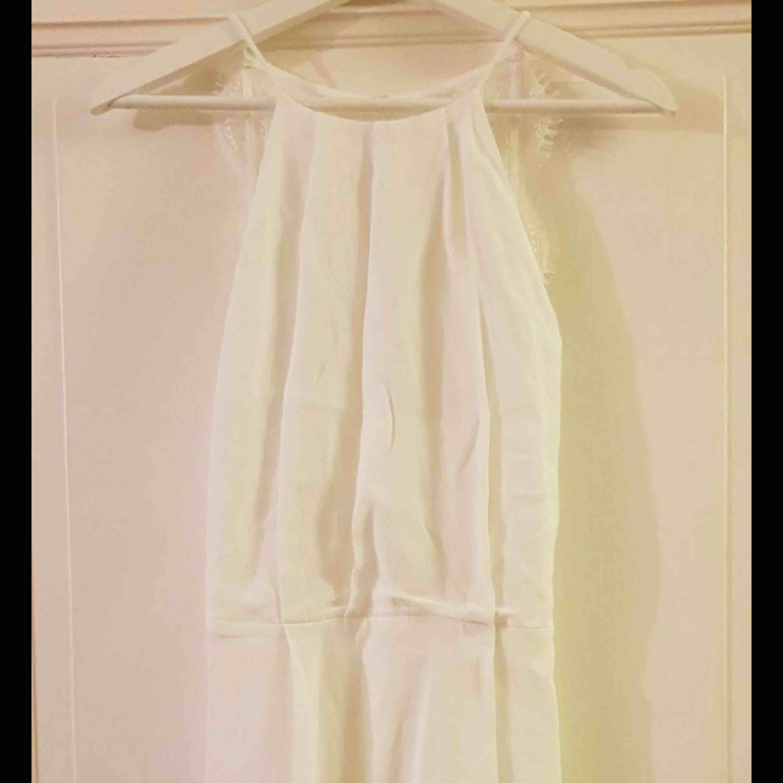 Vit samsoe samsoe klänning i superfint skick inga fläckar eller hål. . Klänningar.