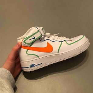 Egendesignade Nike Air Force 1 Mid, använda fåtal gånger och är därför i asgrymt skick, säljer pga inte passar! De är sprayade och målade med färg som ska hålla i vatten och för slitage. De är pärlor🥺❤️