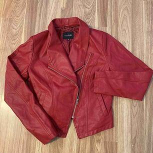 Jacka ej äkta skinn (polyuretan coating) bara hängt i garderoben så oanvänd. Snygg och generös storlek 38-M. Porto tillkommer