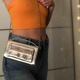 """Väska med avtagbar kedja från Carin Wester, snygg på festival! Snygg att hålla i handtaget. Frakt ingår🥰nypris: 300kr. Har blivit lite """"immig""""? på insidan som ni ser på andra bilden. Vet inte varför då jag knappt använt den men utsidan är fin💞"""