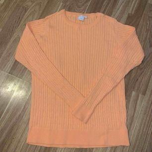 Fin stickad tröja som blivit använd ca 2 ggr. Porto tillkommer.
