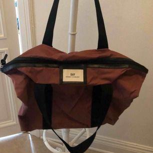 """Säljer min lila/ rosa väska från Day Birger et Mikkelsen. Färgen heter """"Rouge Noir"""".  Längd: 56cm Höjd: 43cm Bredd: 13cm"""